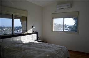 מראשות מיטה מרשימה בחדר שינה להורים בעיצוב אורלי קימה