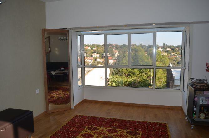חלון בלגי עם תקרת זכוכית. סלון בעיצוב של אורלי קימה