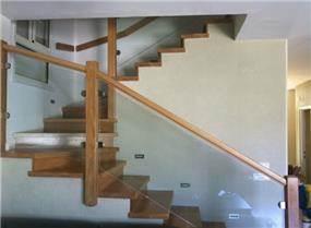 מדרגות עץ אלון צרפתי בשילוב מעקה זכוכית, בעיצוב אורלי קימה