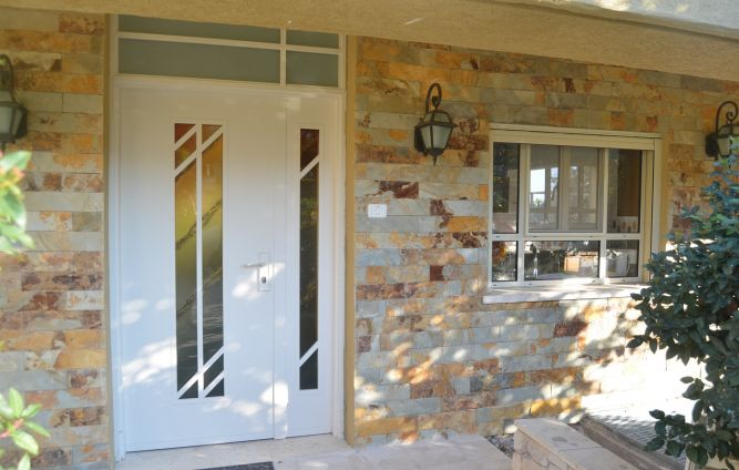חזית הבית בחיפוי ציפחה צבעונית, בעיצוב אורלי קימה