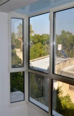 חלון בלגי עם תקרת זכוכית, לתוספת אור ואפקט. בעיצוב אורלי קימה