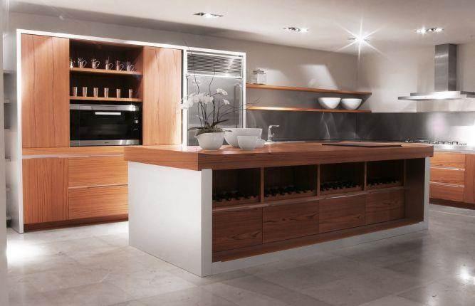 מטבח מודרני מעץ טיק. עיצוב: הווארד ג'ורנו מעצב פנים