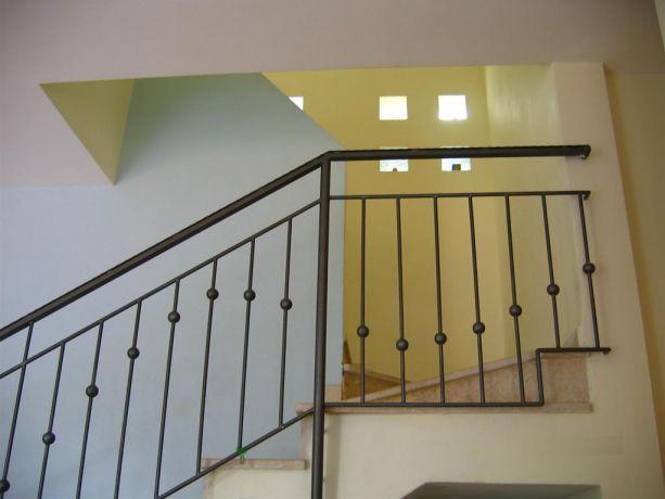 מבט למדרגות בבית רב קומתי בשילוב שקעי אור בקיר לתאורה טבעית