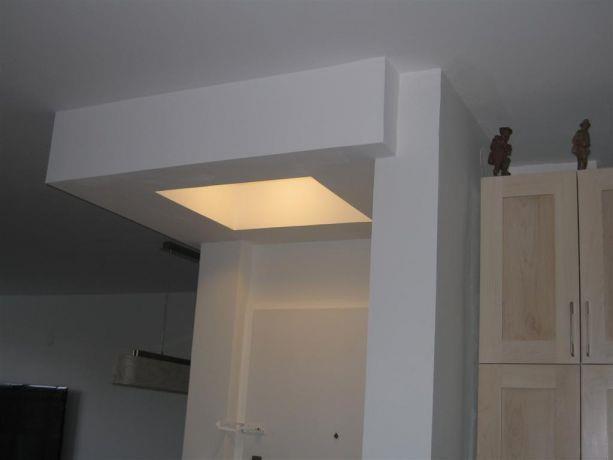 מבט פנים לבית מעוצב בדגש על תאורה שקועה בנישת גבס בעיצוב ותכנון של ענת חיימוביץ אבישר