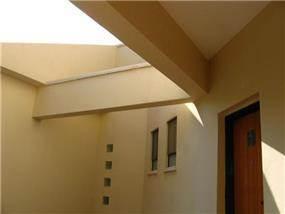 חזית בית ומבט לכניסה בדגש על חלונות אור. עיצוב ותכנון של ענת חיימוביץ אבישר