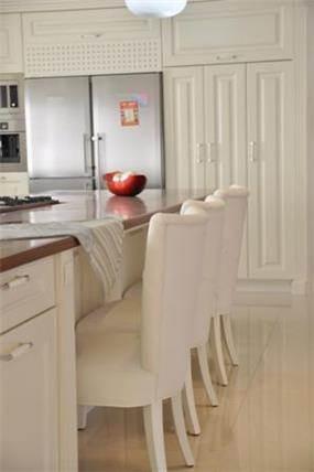 עיצוב יוקרתי למטבח, בגוון אחיד ונקי. סיגלית פרץ - אדריכלות ועיצוב פנים