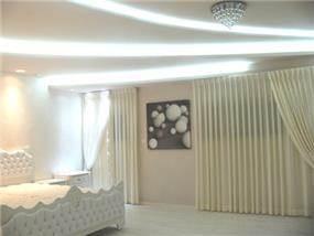 עיצוב חדר שינה קלאס בפנטהאוז. יוקרתי ומפואר בגווני לבן בוהקים ומראה מרשים. סיגלית פרץ - אדריכלות ועיצוב פנים
