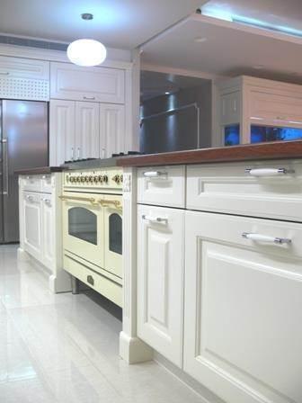 מטבח בפנטהאוס, עיצוב קלאסי ומרשים, המעניק מראה מפואר לחדרי הבית. סיגלית פרץ - אדריכלות ועיצוב פנים