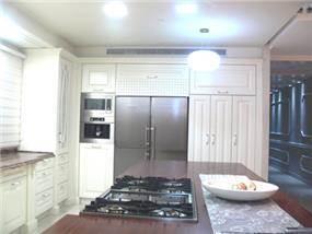 מטבח בדירת פנטהאוס, בעיצוב מרשים וייחודי, בעל גוונים חמים ומזמינים. סיגלית פרץ - אדריכלות ועיצוב פנים