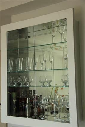 ויטרינה בעלת דלת זכוכית שקופה. עיצוב: סיגלית פרץ