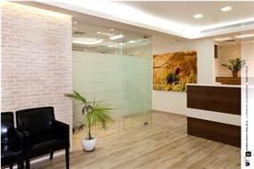 """קיר בריקים בשילוב רצפת פרקט במשרד עו""""ד בעיצובה של סיגלית פרץ"""