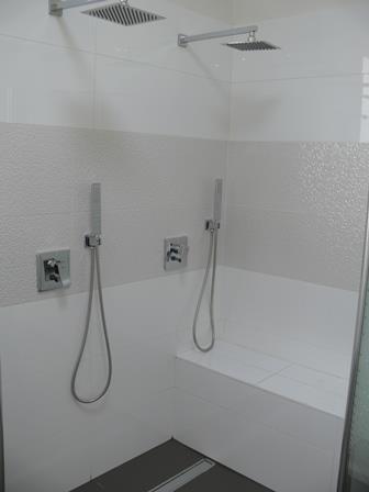 מקלחון זוגי עם ספסל בנוי - בעיצוב סיגלית פרץ