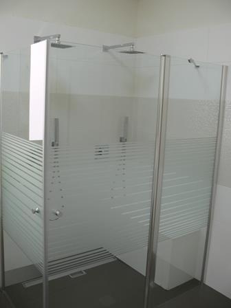 מקלחון זוגי עם ספסל בנוי בעיצוב סיגלית פרץ