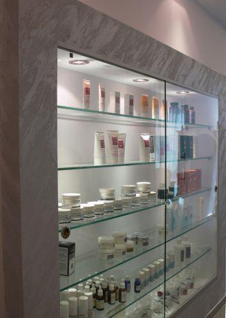ויטרינה מרשימה וגדולה במיוחד המשמשת לתצוגה במבואת כניסה של משרד. סיגלית פרץ - אדריכלות ועיצוב פנים