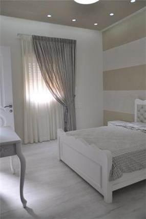 חדר שינה מרהיב בעיצוב קלאסי, בגווני לבן המקנים מראה נקי ומפואר. סיגלית פרץ - אדריכלות ועיצוב פנים