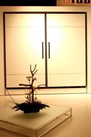 """ארון קיר דלתות הזזה ב""""קו אחד"""" בסגנון יפני"""