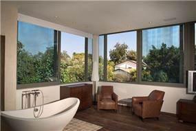 חדר שינה מעוצב הכולל אמבטיה stand alone