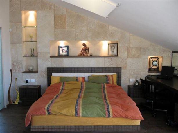 חדר שינה בעליית גג בבית פרטי בדני חיפה