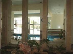 מבט לבריכה במגדלי מגורים בוורדיה חיפה. עיצוב יעל דיילס בכר