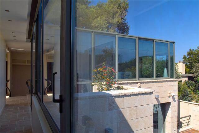 מבט החוצה מתוך מעבר פנים בבית ברמת השרון