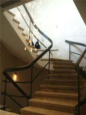 מהלך מדרגות בעל מעקה מעוצב, עיצוב יעל דיילס בכר