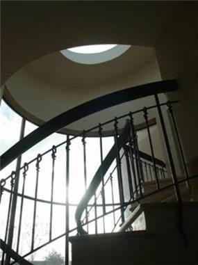מהלך מדרגות וסקיילייט בבית פרטי בדניה חיפה