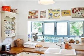 מטבח בניחוח רטרו בעיצוב מעשה בבית-בוטיק ביתי לאדריכלות ועיצוב פנים