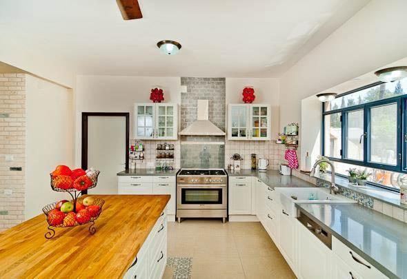 מטבח בצבעים בהירים המשלב אלמנטים כפריים. עיצוב: מעשה בבית