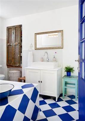 חדר אמבטיה בצבעי כחול ולבן, עיצוב מעשה בבית-בוטיק ביתי לאדריכלות ועיצוב פנים