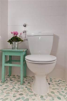 שילוב של רצפת חלוקי נחל בחדר האמבטיה, בעיצוב מעשה בבית- בוטיק ביתי לאדריכלות ועיצוב פנים