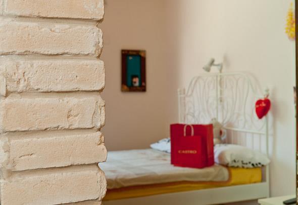מבט מהמסדרון לחדר נערה בסגנון כפרי רומנטי. עיצוב: מעשה בבית