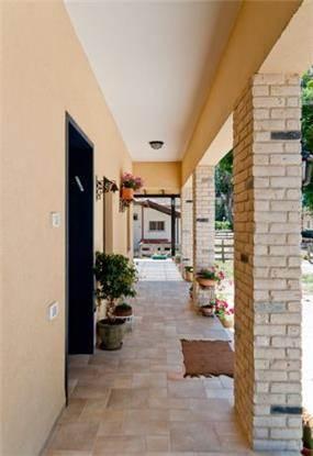 מבואת כניסה בסגנון כפרי וחם. עיצוב: מעשה בבית
