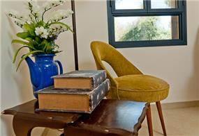 פינת וינטג' מעוצבת בסלון הבית. עיצוב: מעשה בבית