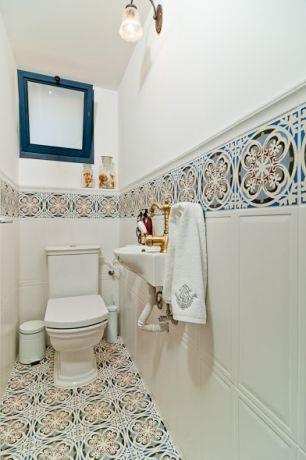 שירותי אורחים בשילוב קרמיקה בדוגמת רטרו צבעונית. עיצוב: מעשה בבית