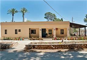 חזית בית ילדים בקיבוץ שהוסב לבית מגורים כפרי. עיצוב: מעשה בבית