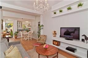 הסלון עוצב בסגנון צעיר, בתוספת נישות גבס לצרכי אסתטיקה ופרקטיקה. עיצוב: מעשה בבית- בוטיק ביתי לאדריכלות ועיצוב פנים