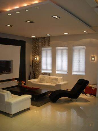 סלון בעיצוב מודרני שכולל הנמכת תקרה לצורך תאורה דקורטיבית. עיצוב: סטודיו סגול