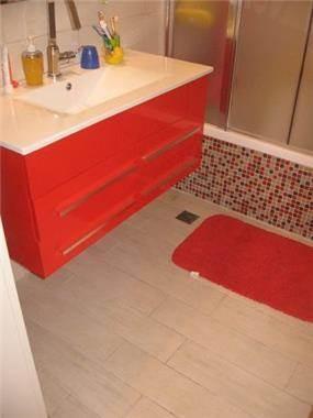 חדר אמבטיה בעיצוב מודרני וצבעוני ובשילוב אריחי פסיפס. עיצוב: סטודיו סגול