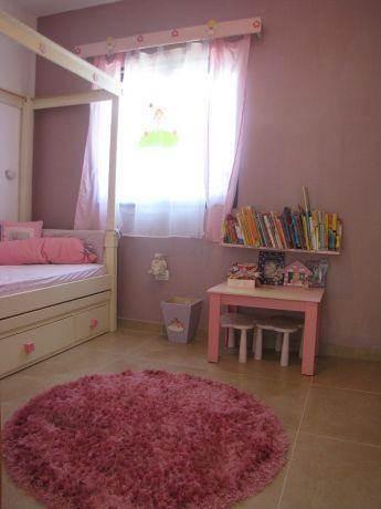 חדר ילדה צבעוני ונאיבי. עיצוב: סטודיו סגול