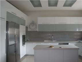 מטבח בהיר בסגנון מודרני בעיצוב של סטודיו סגול