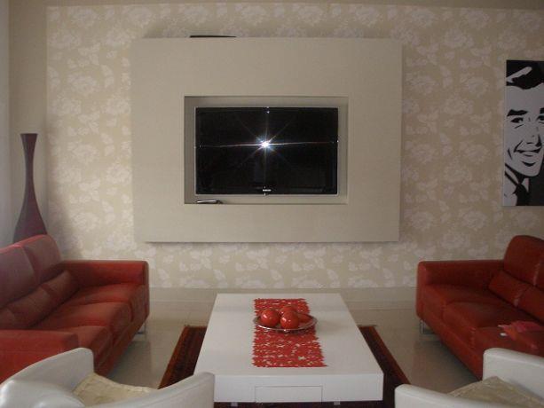 סלון מודרני בקו מינימליסטי, צבעוני וצעיר. עיצוב: סטודיו סגול