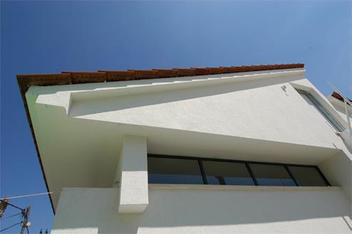 עיצוב גג רעפים וחלונות גבוהים בבית פרטי - אהד יחיאלי, אדריכל