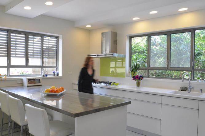 מטבח מודרני בצבעי לבן וכסף בעיצוב מיכל גרינברג-פוקס