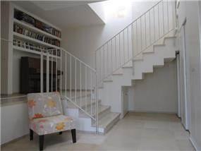 מבואה במעלה המדרגות, עיצוב מיכל גרינברג- פוקס