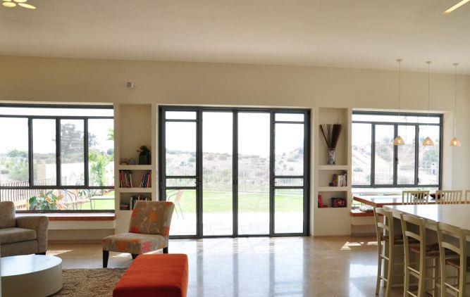 חלונות הממסגרם את הנוף בעיצוב מיכל גרינברג פוקס