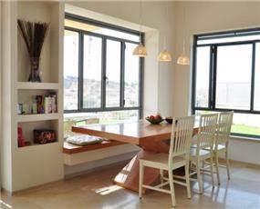 פינת האוכל עם ישיבה בספסל באדן החלון בעיצוב מיכל גרינברג פוקס