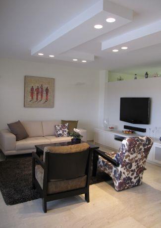 סלון ביתי וחם עם נגיעות מודרניות בעיצוב מיכל גרינברג פוקס