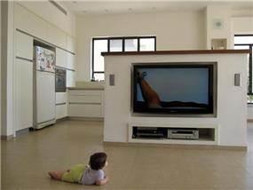 מערכת טלויזיה בנישת גבס לניצול מקסימלי של חלל המטבח והסלון