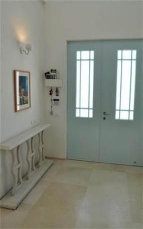 מבואת כניסה לבית עם דלת כניסה בגוון תכלת, עיצוב מיכל גרינברג- פוקס