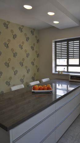 טפט במטבח ותאורה הנראית כחלוקי נחל בתקרה, בעיצוב מיכל גרינברג-פוקס